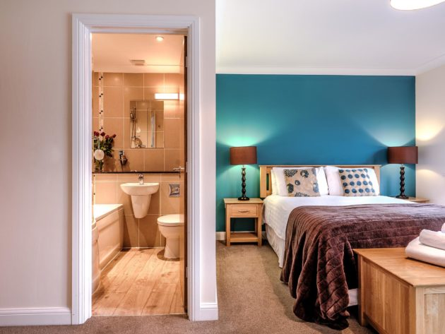 self-catering-somerset-lakeview-master-bedroom-en-suite
